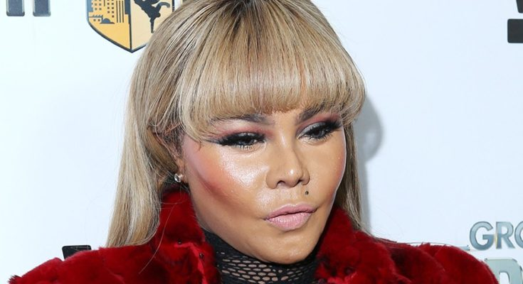 Watch Lil Kim Supposedly Reconnect With B.I.G Through A Spirit Medium